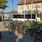 Bahnhof Metzingen, Fahrräder stehen kreuz und quer. Mann und Frau müssen jeden Tag Angst haben, dass sie abends mit dem Zug wieder einpendeln und dann das Fahrrad weg ist.